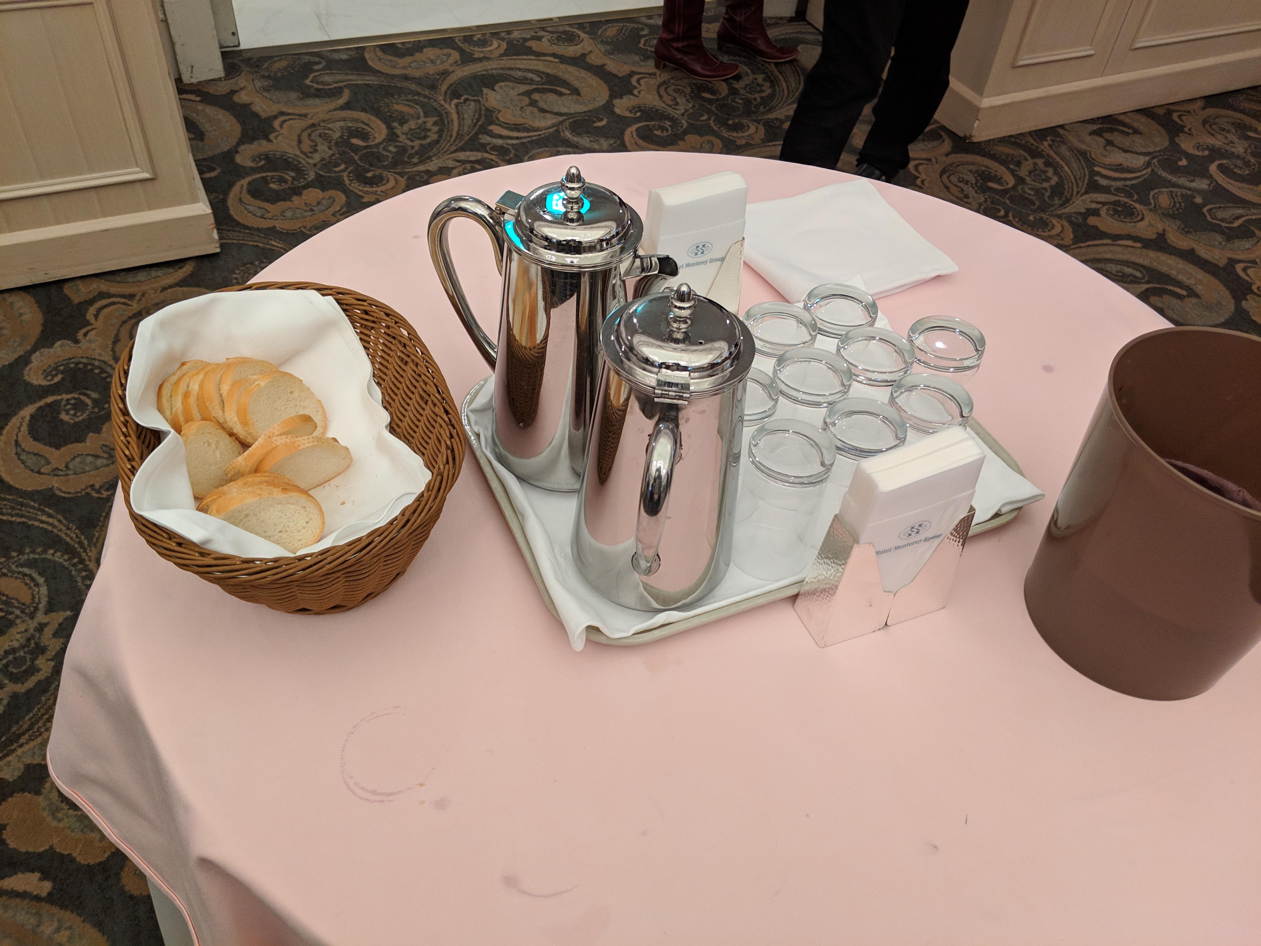 お水とフランスパンが用意された丸テーブル。