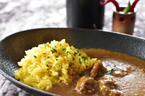 ターメリックライスを使ったカレーライス。ご飯が華やかな黄金色に色づいています。